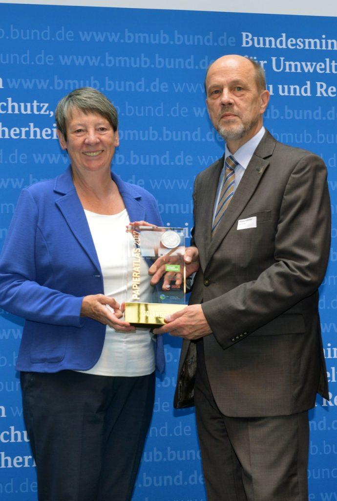 v.l.n.r.: Dr. Barbara Hendricks (Bundesministerin für Umwelt, Naturschutz, Bau und Reaktorsicherheit), Hartmut Hoferichter (Stadtdirektor der Stadt Solingen), Foto: Tina Merkau