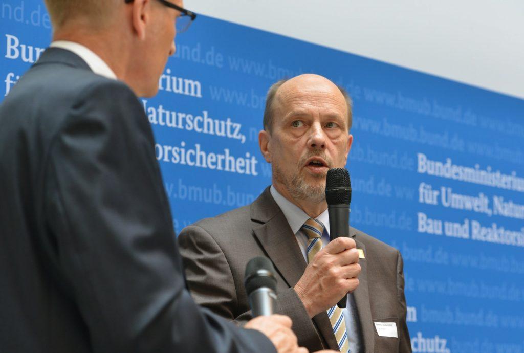 v.l.n.r.: Sönke Nissen (Initiative Pro Recyclingpapier), Hartmut Hoferichter (Stadtdirektor der Stadt Solingen), Foto: Tina Merkau