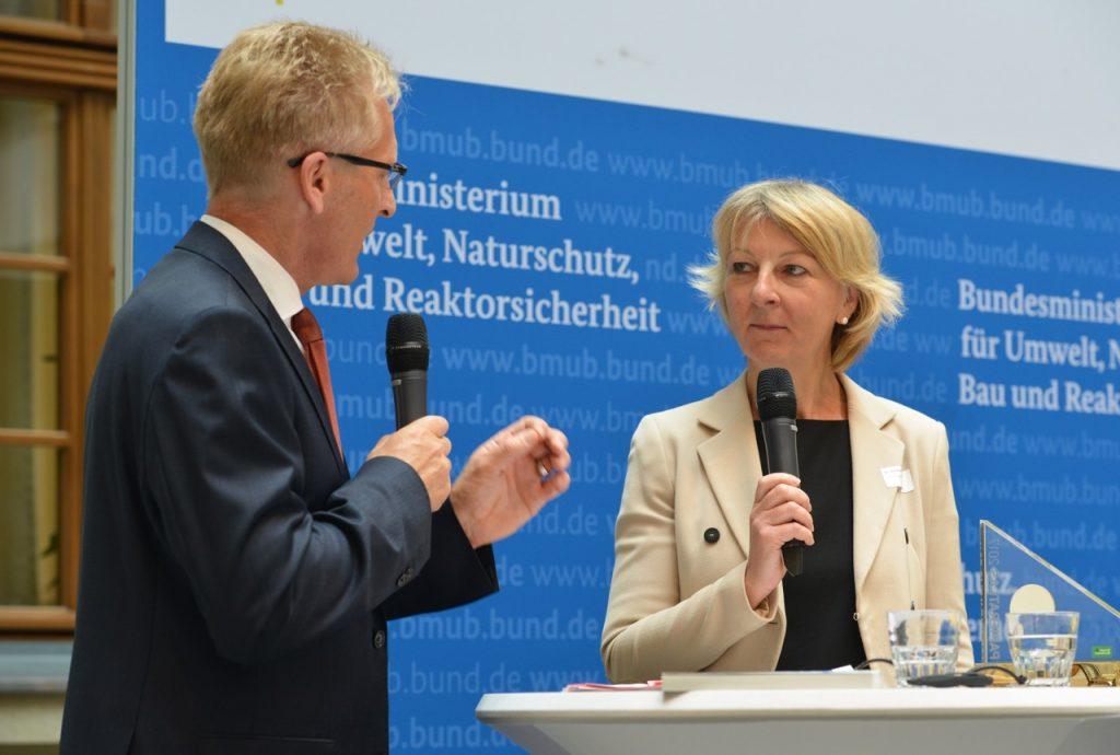 v.l.n.r.: Sönke Nissen (Initiative Pro Recyclingpapier), Dr. Heide Naderer (Präsidentin der Hochschule Rhein-Waal), Foto: Tina Merkau