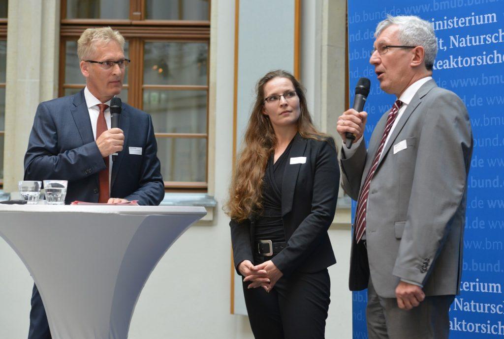 v.l.n.r.: Sönke Nissen (Initiative Pro Recyclingpapier), Prof. Dr. Rebecca Waldecker (Vizepräsidentin des Deutschen Hochschulverbandes), Norbert Portz (Beigeordneter des Deutschen Städte- und Gemeindebundes), Foto: Tina Merkau