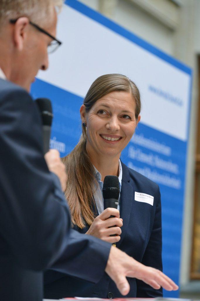 v.l.n.r.: Sönke Nissen (Initiative Pro Recyclingpapier), Prof. Dr. Susanne Menzel (Vizepräsidentin der Universität Osnabrück), Foto: Tina Merkau